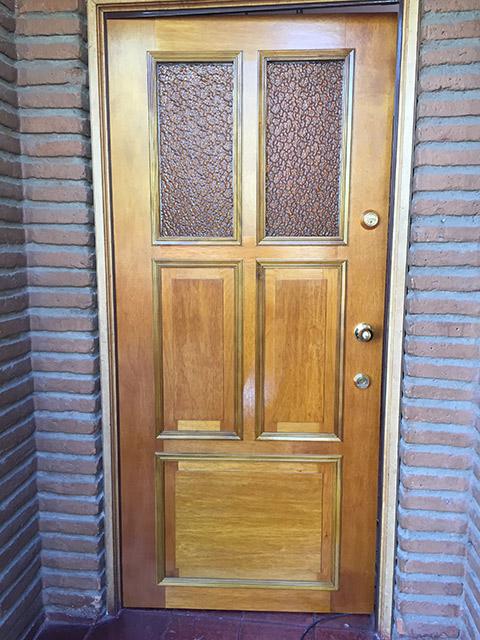 Puerta con diseño de vidrio y mampara